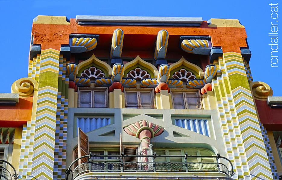 Art-déco a València. Façana de la Casa Jueva al carrer Castelló amb decoració d'inspiració orientalista.