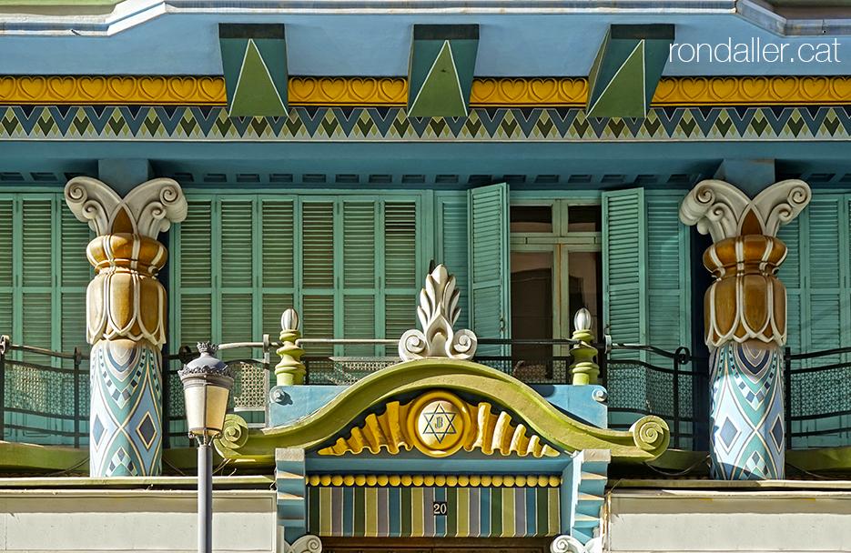 Façana de la Casa Jueva al carrer Castelló de València, amb decoració d'inspiració orientalista.