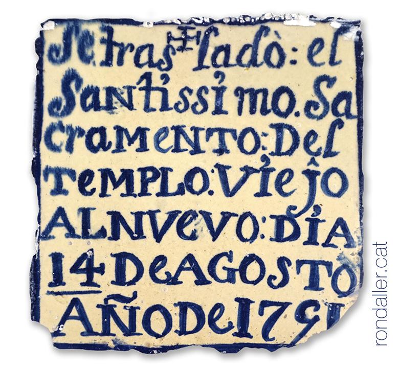 Rajoles de Manises amb una inscripció que recorda el trasllat del Sagrament al nou temple el 1791.