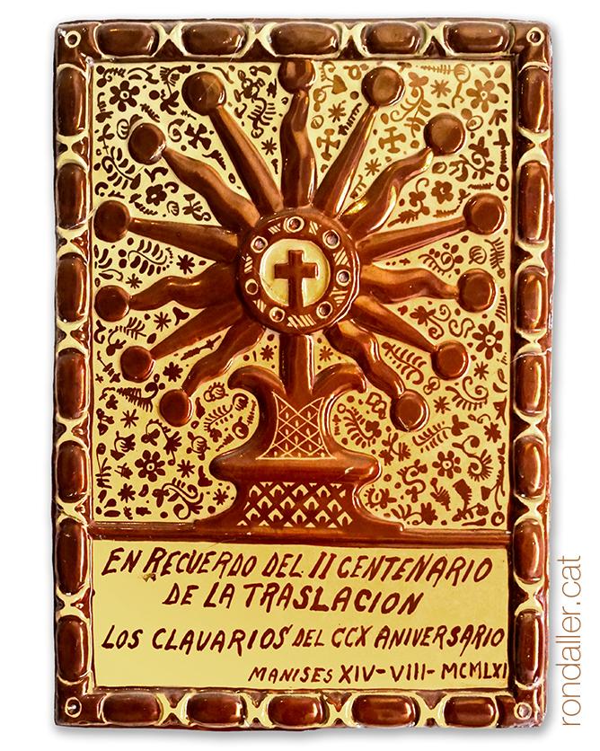 Rajola amb reflexos que recorda el II centenari de la Traslació a l'església de Sant Joan Baptista.