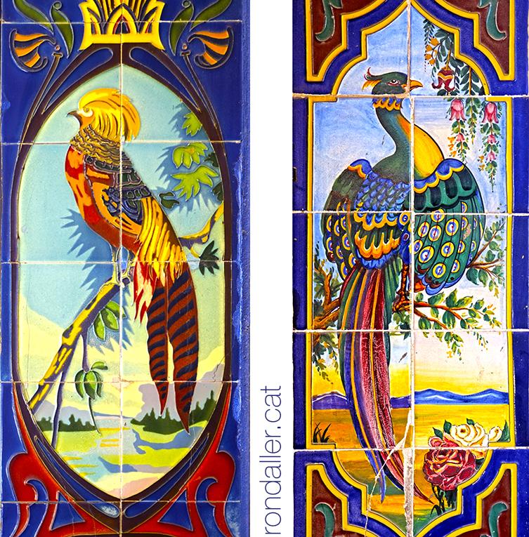 Brancals de Manises amb la representació d'acolorides aus exòtiques.