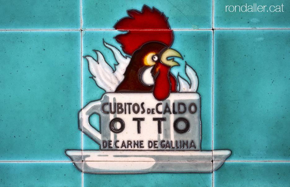 Publicitat art-déco damunt ceràmica de Cubitos de Caldo Otto, al Museu de Ceràmica de Manises.
