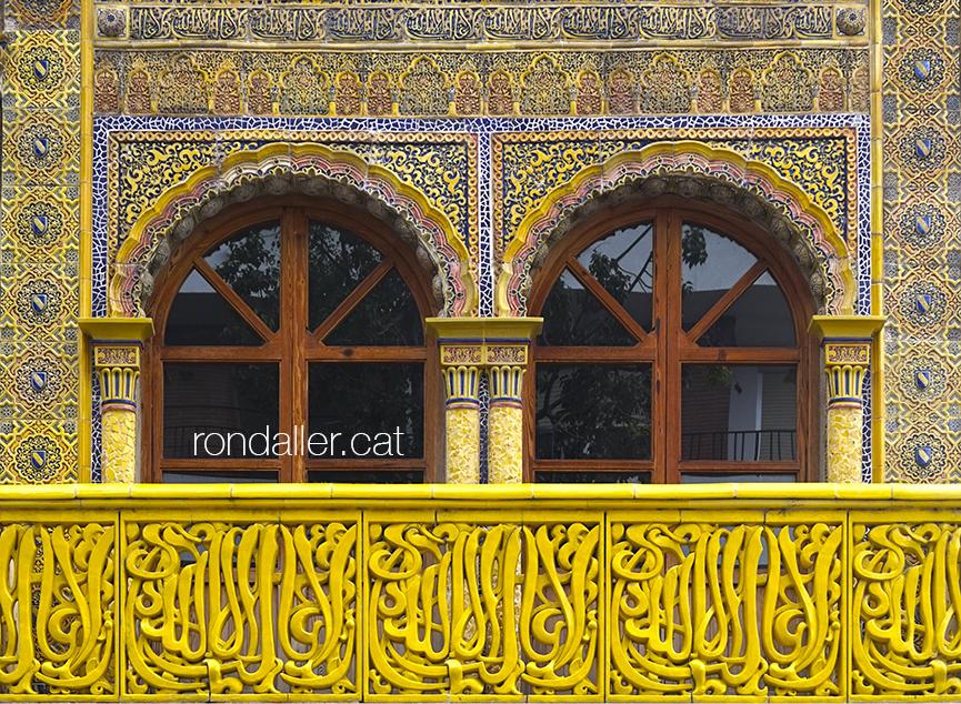 Decoració amb arabescs de ceràmica de les finestres i el balcó de l'edifici annex de la fàbrica El Arte.