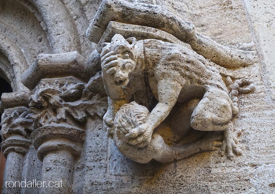 Escultura d'una baralla entre una bèstia i un humà. Llotja de la Seda de València