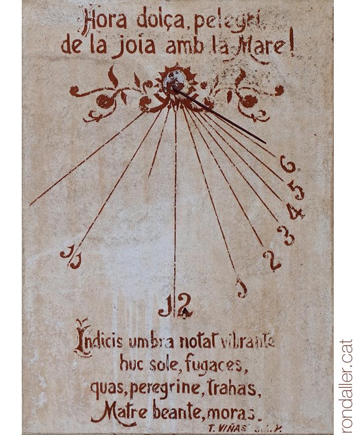 """Rellotge de sol on es pot llegir """"Hora dolça pelegrí de la joia amb la Mare! i un text en llatí de Tomàs Viñas."""