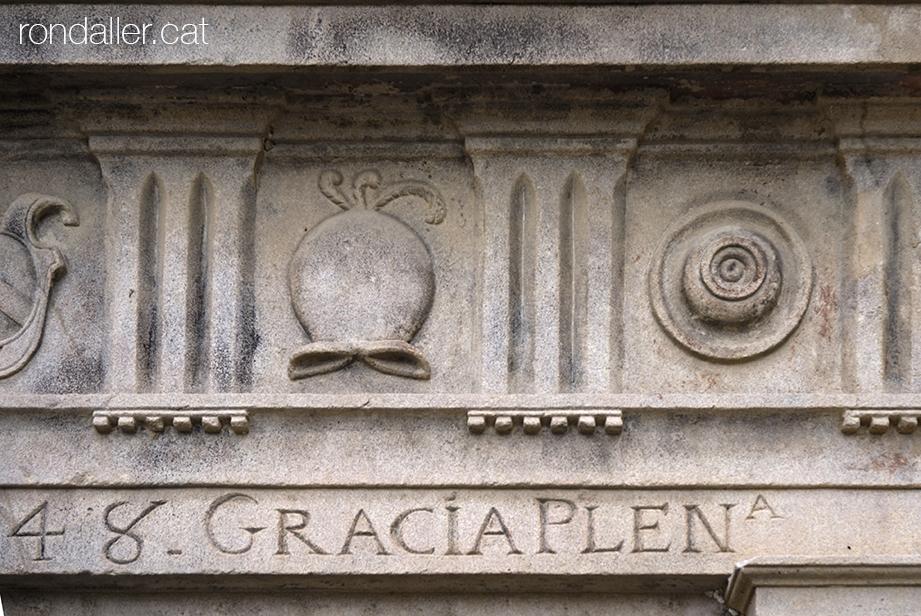 Fris de l'ermita amb triglifs i metopes decorades amb un elm i un element circular.