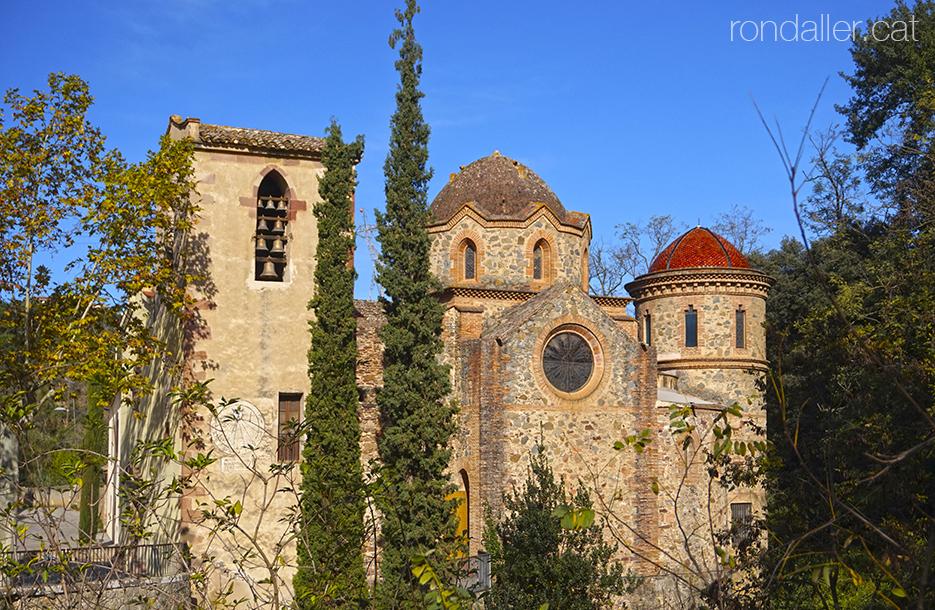 Capella del Remei de Caldes de Montbui, on destaca el campanar i la cúpula.