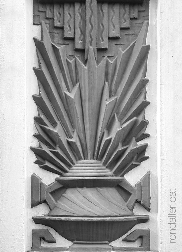 Art-déco a València. Decoració geomètrica a la façana d'un habitatge del carrer Literato Azorín.