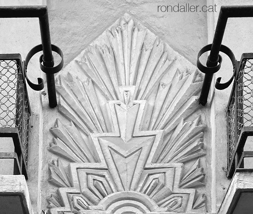 Art-déco a València. Decoració geomètrica entre dos balcons del carrer Literato Azorín.