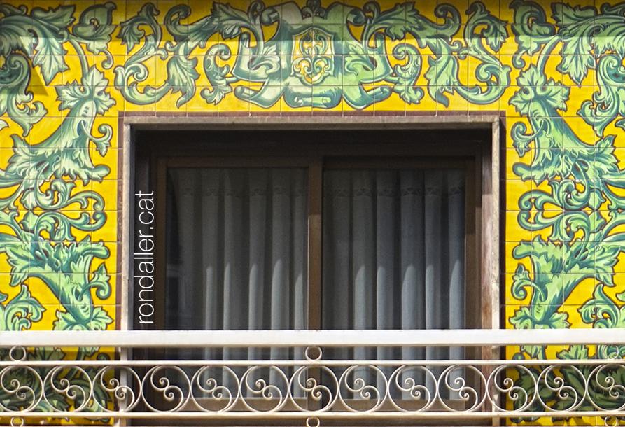 Rajola de València. Façana enrajolada d'un edifici dels anys setanta al carrer Sant Vicent Màrtir.