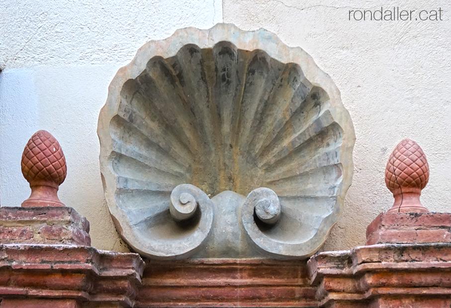 Font de la Sagrera de Sant Feliu de Codines amb una gran petxina al damunt.