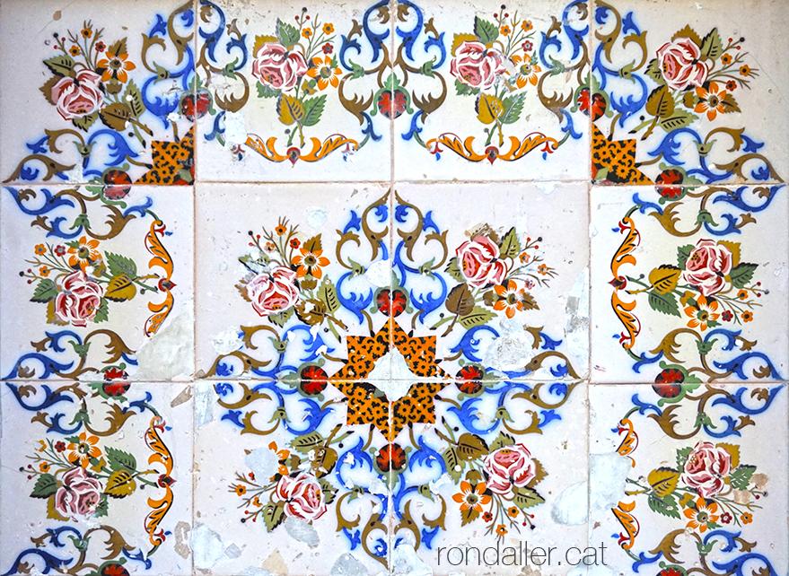 Decoració de la font de la Sagrera, realitzada amb rajoles de temàtica floral.