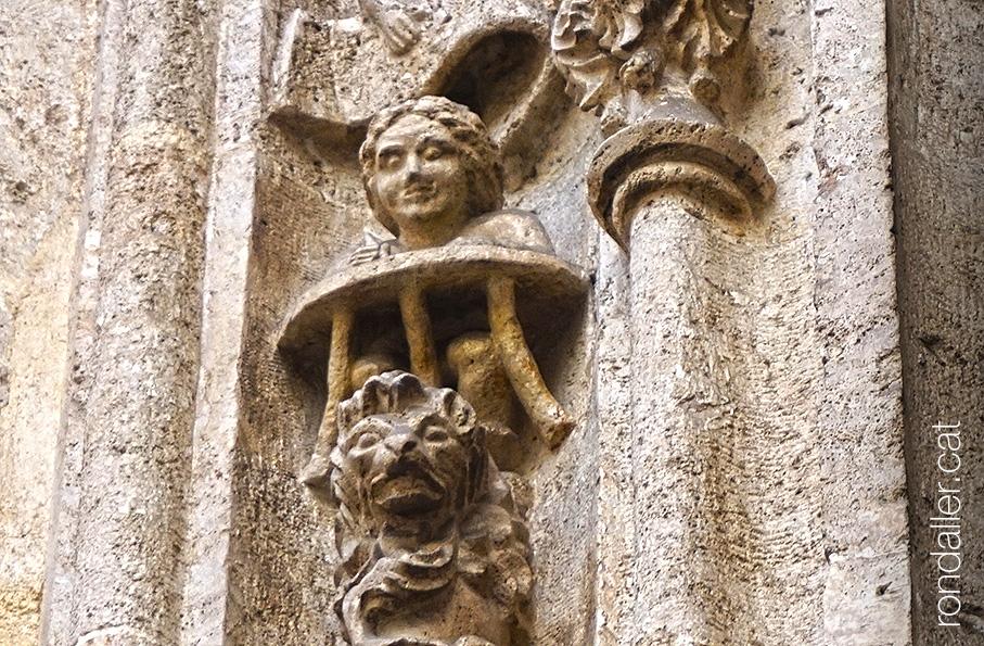 Llotja de la Seda de València. Detall escultòric d'un escrivà i un lleó a la portalada.