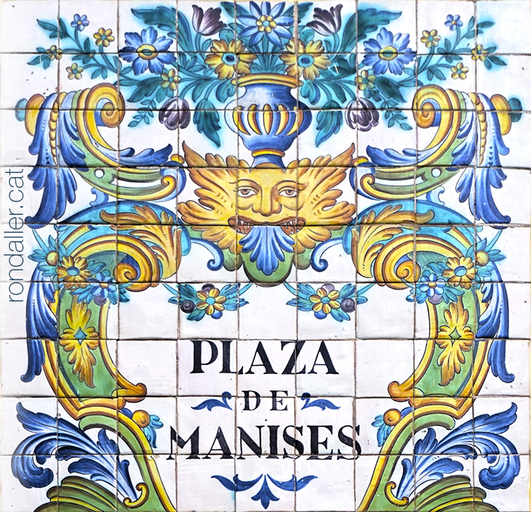 Plafó ceràmic amb el nom de la Plaça de Manises i decoració floral. Rajola de València