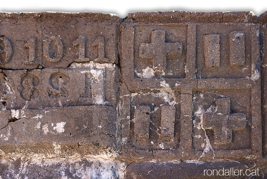 Monument de l'Estadi municipal de Sant Andreu on es veu l'escut de Barcelona fet de ciment.