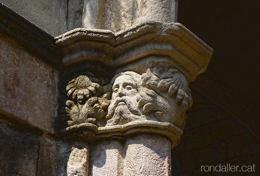 Capitell amb un rostre amb barba al claustre de l'Hospital de la Santa Creu de Barcelona.
