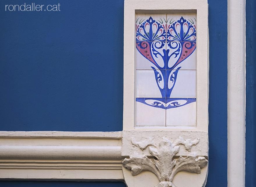 Barri de Russafa. Petit plafó ceràmic decoratiu en un edifici modernista al carrer Cadis de València.