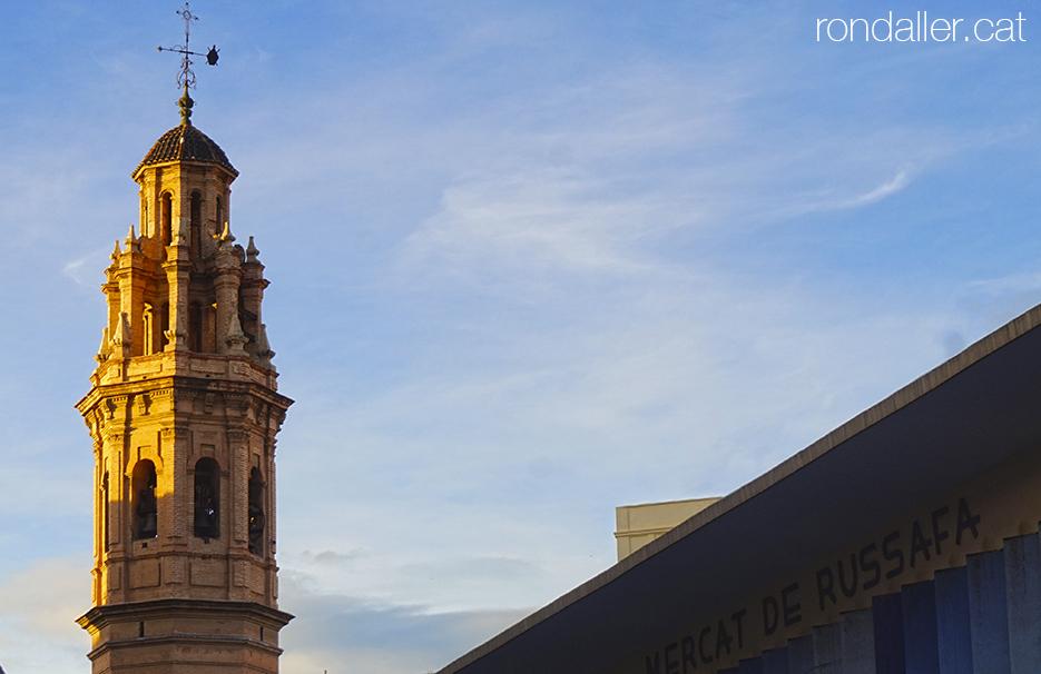 Campanar barroc de l'església de Sant Valer i Sant Vicent de València, amb la llum de la tarda.