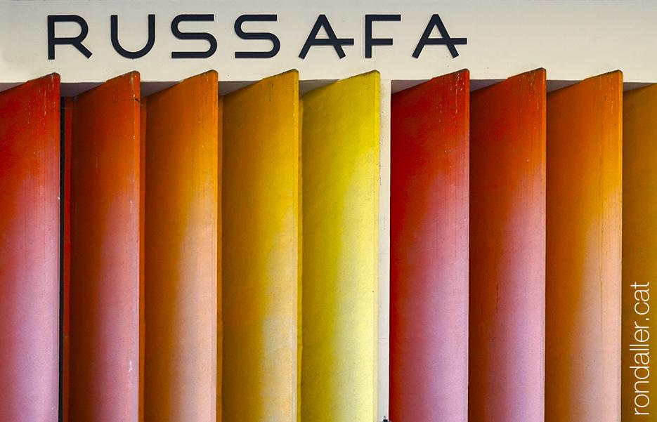 Detall de les gelosies de colors del Mercat de Russafa, projectat per Julio Bello i Javier Goerlich.