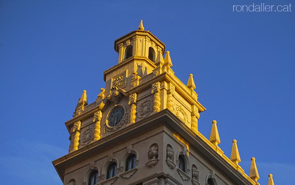 Coronament neobarroc de l'edifici de la Caixa d'Estalvis de València, projectat el 1951 per Antonio Gómez Davó.