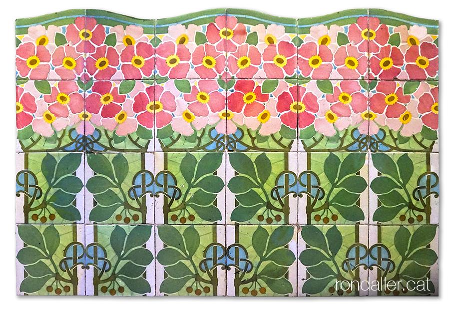 Arrambador modernista de ceràmica amb motius florals, dissenyat per Lluís Bru i produït per Pujol i Bausis.