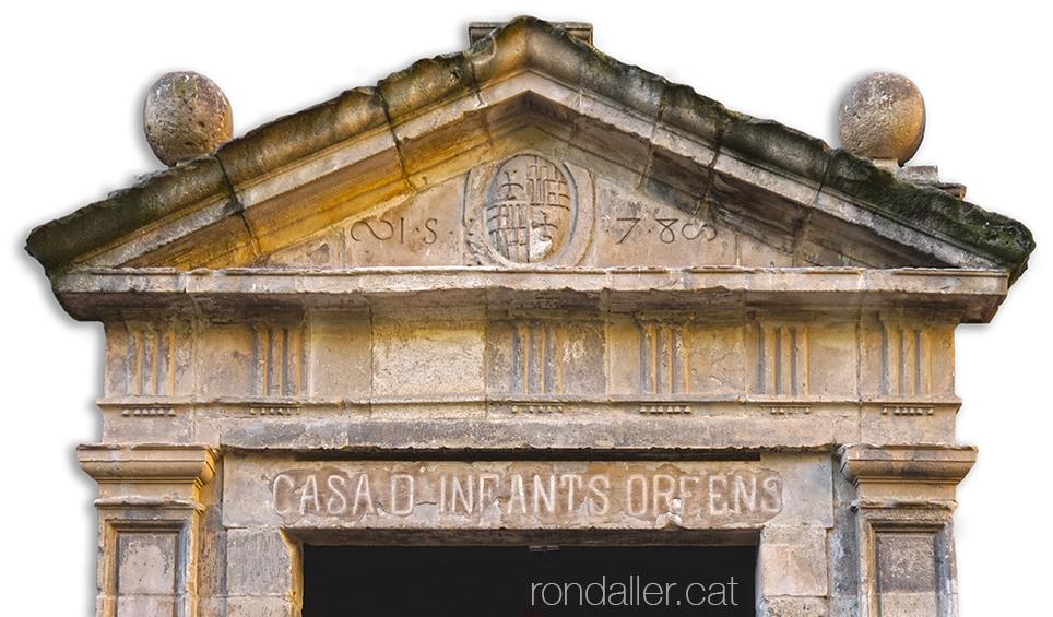 Barri del Raval. Portal de la Casa d'Infants Orfes al carrer de les Ramelleres de Barcelona.