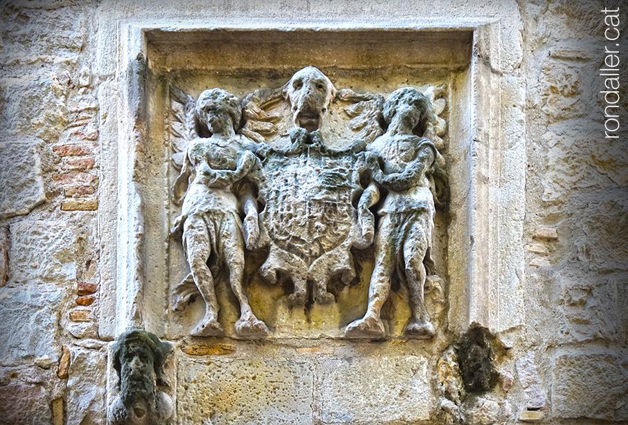 Passejada pel Raval. Escut de pedra al mur del convent de la Mare de Déu dels Àngels.