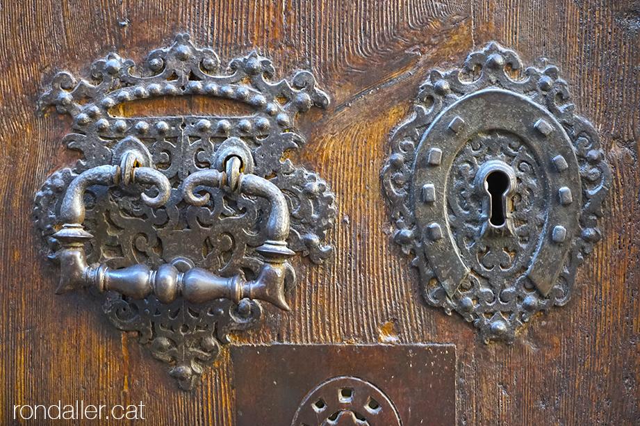 Forrellat amb forma de ferradura a la porta de la Casa de Convalescència de l'Hospital de la Santa Creu.