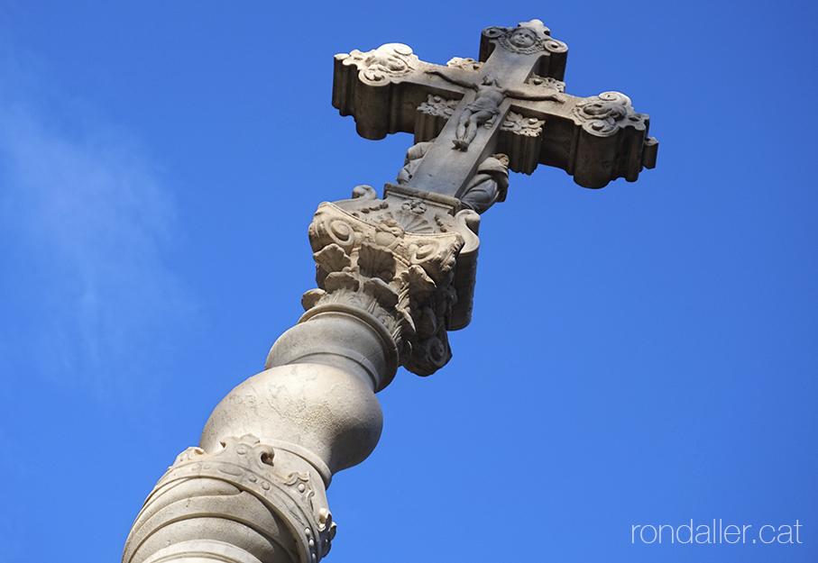 Hospital de la Santa Creu. Creu barroca damunt un columna salomònica al pati del recinte.