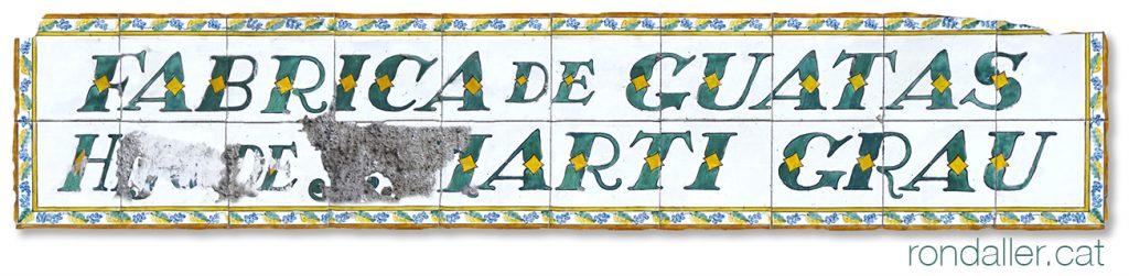 Rètol de ceràmica de la Fàbrica de Guatas Martí Grau al carrer de la Riereta.