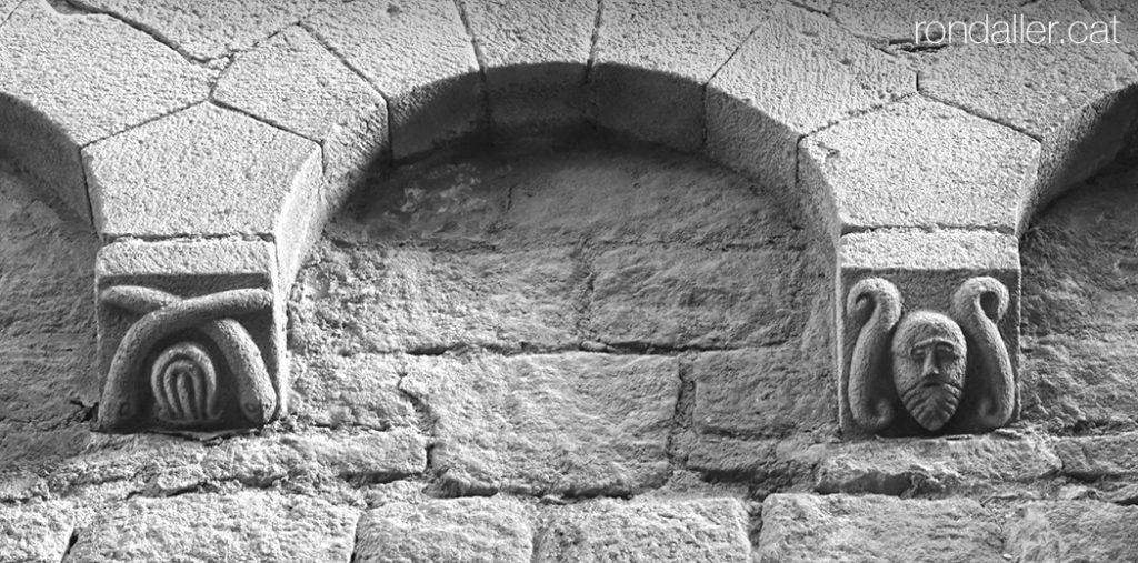 Permòdols a l'exterior de l'església romànica de Sant Pau del Camp de Barcelona.