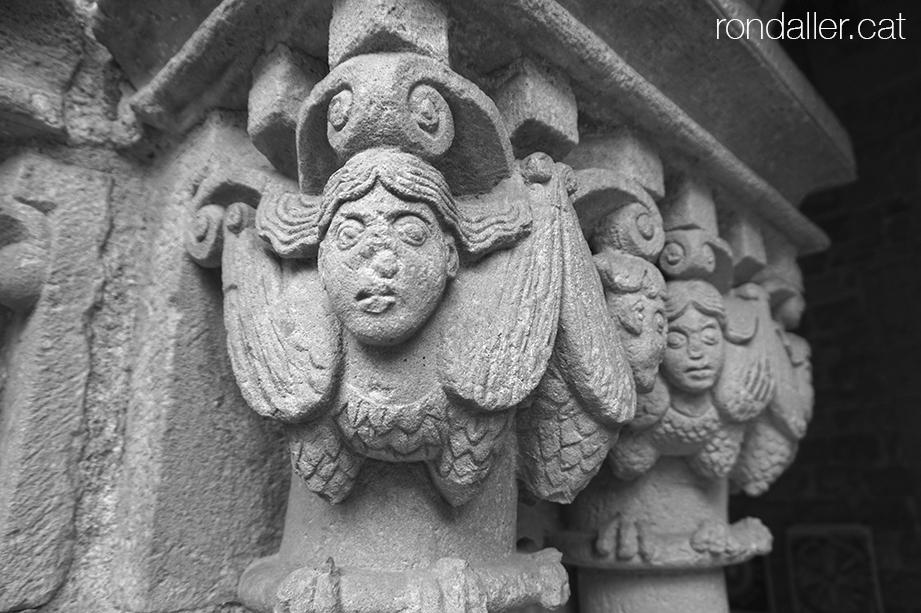 Passejada pel Raval. Capitells romànics amb figures femenines al claustre de Sant Pau del Camp.