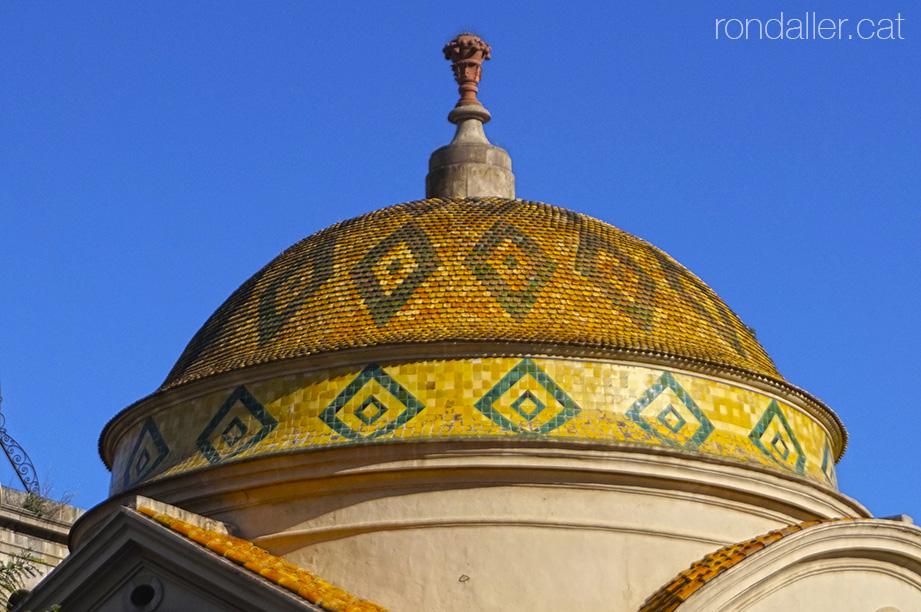 Barri del Raval. Cúpula recoberta de ceràmica de l'església de Sant Pere Nolasc a la plaça de Castella.