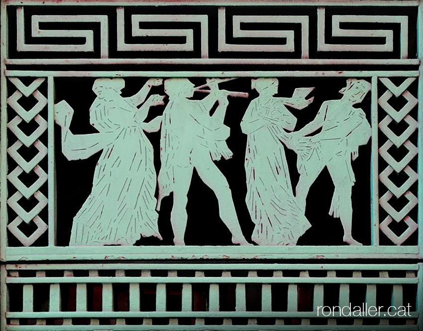 El seguici de Dionís. Nimfes i músics emmarcats amb sanefes d'inspiració grega.