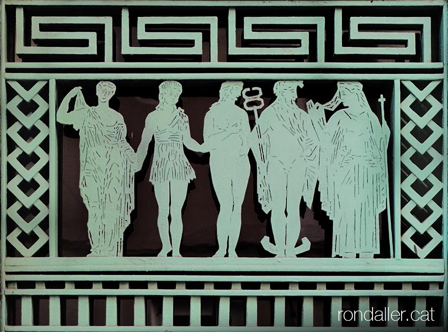 El seguici de Dionís. Cinc personatges mitològics en una porta del carrer Déu i Mata.
