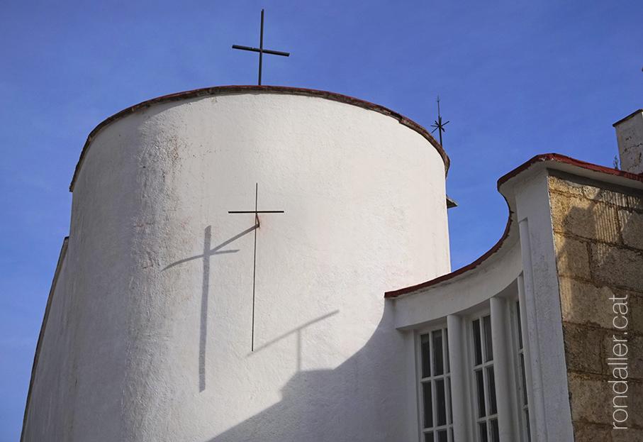Absis encalat de Nostra Senyora del Vilar de Blanes, al veïnat Els Pins.