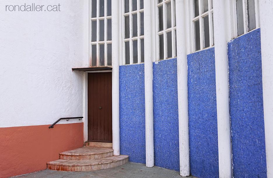 Església de Nostra Senyora del Vilar de Blanes, inaugurada el 1962. Porta posterior amb un mosaic blau.