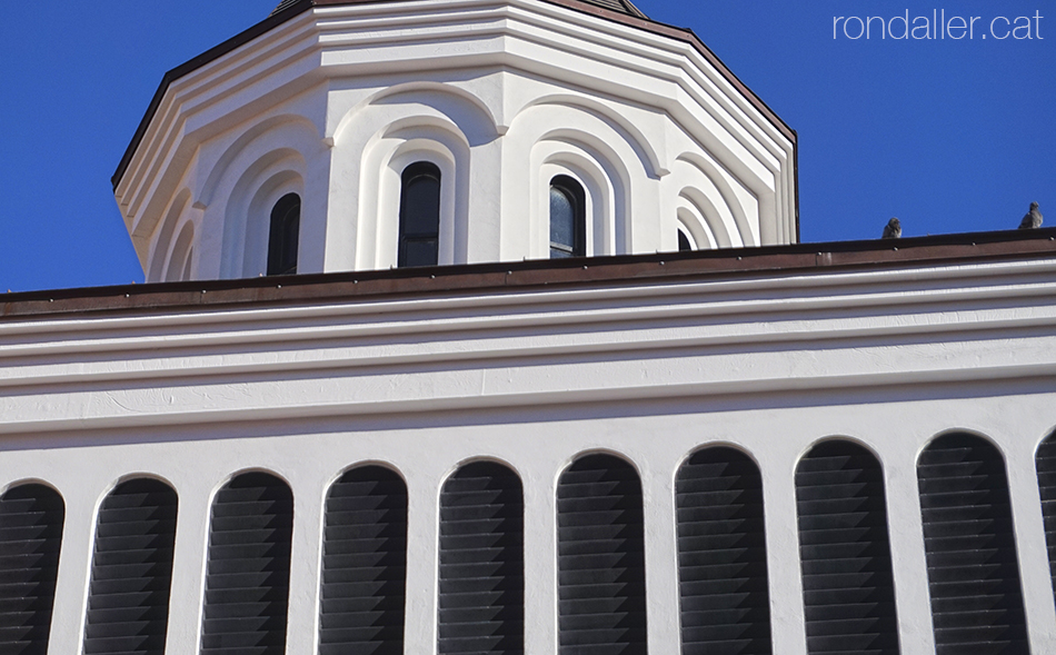 Església ortodoxa romanesa de Barcelona. Detall de la cúpula i una renglera de finestres.