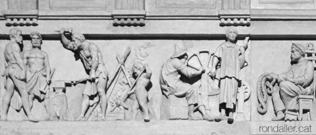 Detall del fris de la Casa Blajot realitzat per Rossend Nobas amb uns ferrers i una filosa.