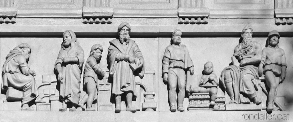 Casa Blajot. Detall del fris en relleu realitzat per Rossend Nobas on es veu el Moisès de Miquel Àngel.