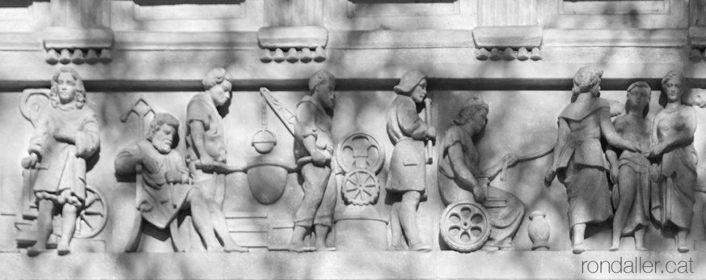 Casa Blajot. Detall del fris en relleu realitzat per Rossend Nobas on es veueun les Tres Gràcies i altres personatges.
