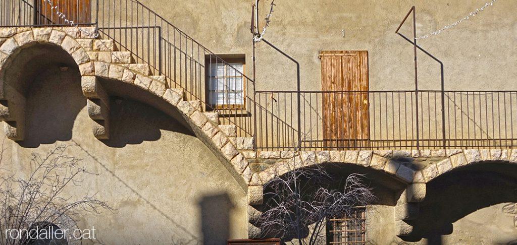 Alp a la Baixa Cerdanya. Escales i galeria que condueix fins a l'habitatge parroquial de l'església de Sant Pere.