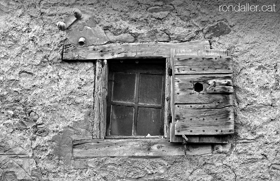 Finestra guerxa d'una antiga casa ceretana al carrer Nord d'Alp a la Baixa Cerdanya.