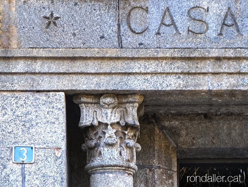 Municipi de Das, Baixa Cerdanya. Detall d'un capitell de l'entrada de l'Ajuntament, obra de Fontseré.