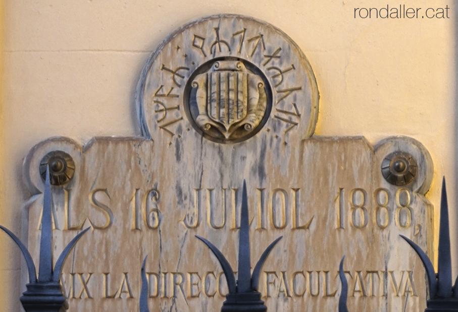 Municipi de Das, Baixa Cerdanya. Placa commemorativa de la inauguració de l'Ajuntament el 1888.
