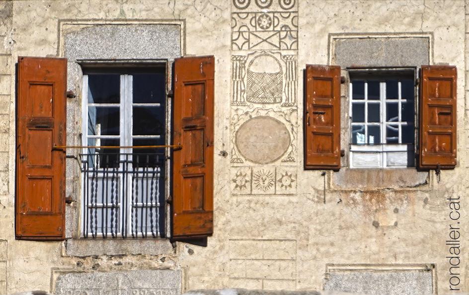 Antics esgrafiats a la façana d'un casal de La Tor de Querol a l'alta Cerdanya.