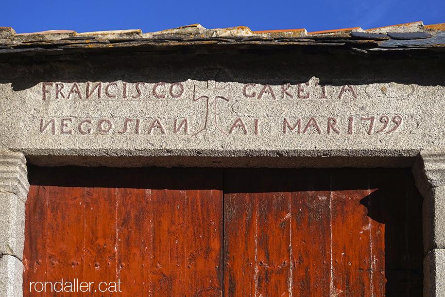 La Tor de Querol, Alta Cerdanya. Entrada amb una inscripció del 1799 a la Route Vieille d'Espagne.
