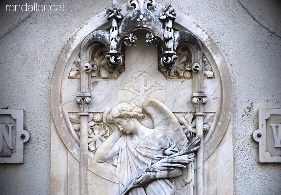 Cementiri modernista de Puigcerdà. Cerdanya. Decoració al panteó Falcón Vernís amb un àngel sostenint una palma.