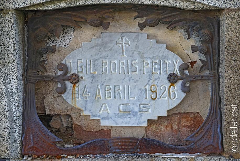 Cementiri modernista de Puigcerdà. Nínxol mig esgavellat del farmacèutic Gil Boris, mort el 1926.