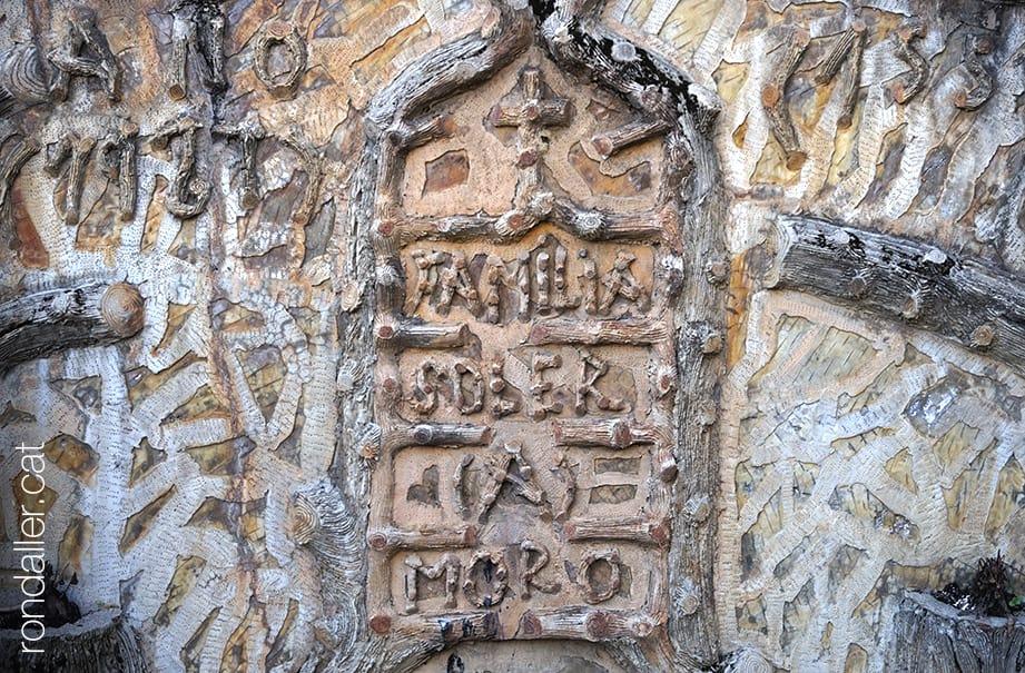 cementiri modernista de Puigcerdà. Panteó de la família Soler, decorat amb relleus que simules branques.